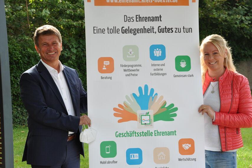 Landrat Michael Stickeln und Katharina Serinelli neben einem Banner der Geschäftsstelle Ehrenamt.
