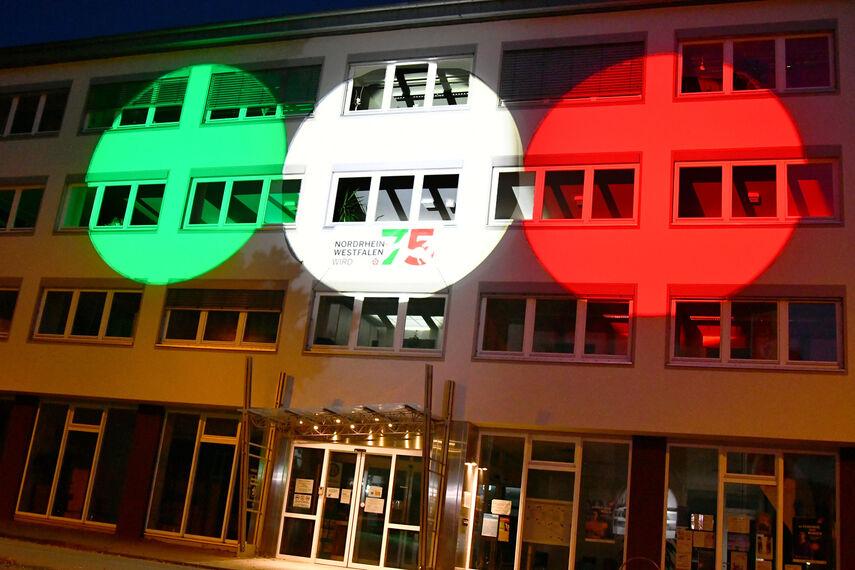 Das Kreishaus in Höxter wird mit 3 farbigen Ringen angestrahlt. Die Ringe haben die Farben des NRW-Logos: rot, grün, weiß.