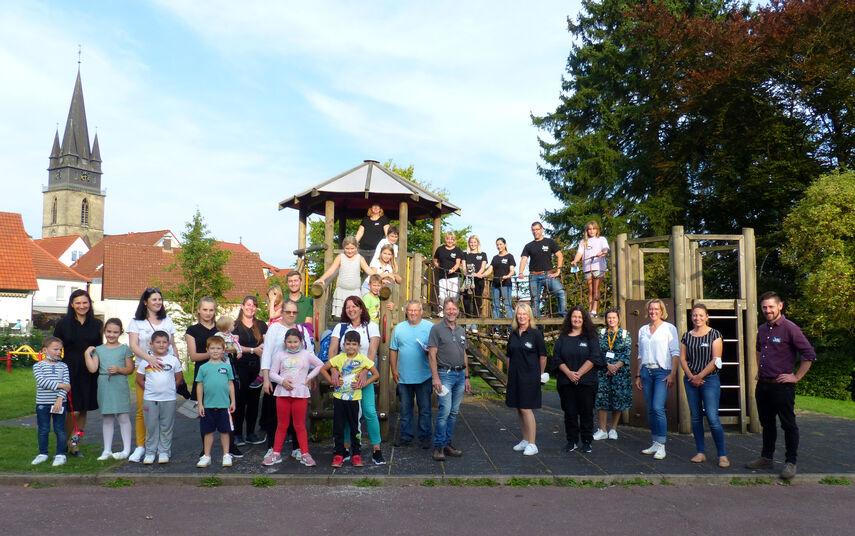 Eine große Gruppe von Kindern und Eltern auf einem Spielplatz in Bad Driburg.