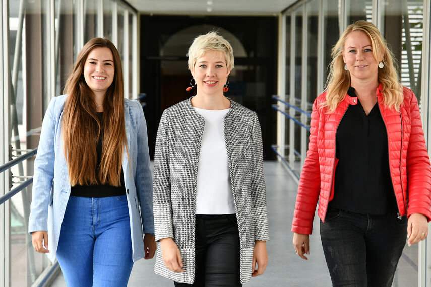 Dorina Bernsmann, Bernadett Walker und Katharina Serinelli stehen nebeneinander auf dem Flur des Kreishauses.