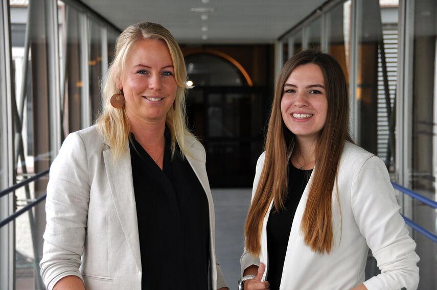 Katharina Serinelli und Dorina Bernsmann im Übergangsflur der Kreisverwaltung Höxter.