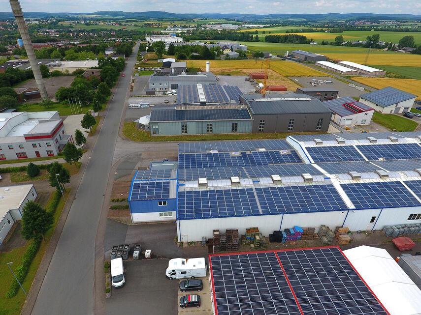"""Das Luftbild aus dem Gewerbegebiet """"Oberer Hilgenstock"""" in Warburg zeigt die  bereits installierten Photovoltaikanlagen."""