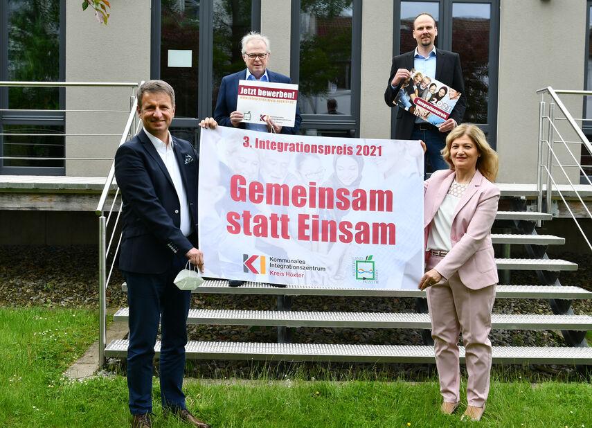 Michael Stickeln, Klaus Schumacher, Domenic Gehle und Filiz Elüstü kündigen den Integrationspreis 2021 an.